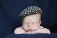 帽子をかぶって眠る外国人の赤ちゃん