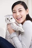 猫を抱いた女性
