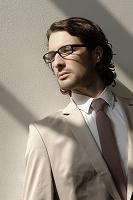 眼鏡をかけたスーツの外国人男性