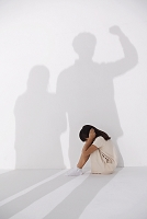 両親の影と怯える少女