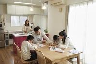 リビングで勉強する日本人の親子