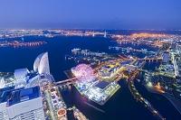 神奈川県 ランドマークタワーから眺める横浜港とベイブリッジの...