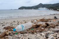 海岸に流れついたプラスチックゴミ ペットボトル