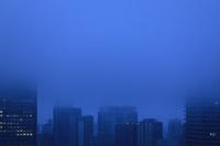 大阪府 霧雨に霞むビル