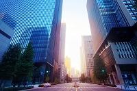 東京都 朝日の差し込むビジネス街