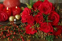 赤いバラとノイバラの実のブーケ