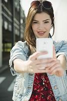 セルフィーを撮る若い外国人女性