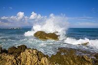 スペイン 岩に打ち付ける波しぶき