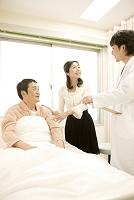 病室で夫を見舞う妻と医師4