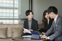 ミーティングをする若い日本人ビジネスパーソン