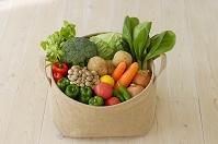 かごに入った新鮮な野菜