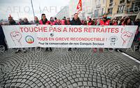 仏で大規模スト 年金改革に抗議