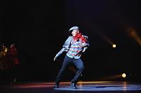 ステージで踊る男性