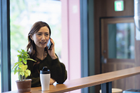 カフェで通話する女性