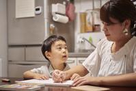 お絵描きをする日本人親子