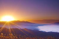 長野県 高ボッチ高原より富士山と雲海と八ケ岳から昇る朝日