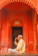 インド ベナレス ガンジス川 祈る男