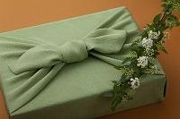 若草色の風呂敷包とコデマリ
