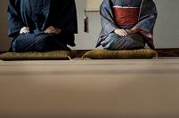 着物姿で正座をするシニア夫婦の足下