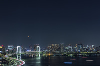 東京都 レインボーブリッジと東京湾とビル群の夜景