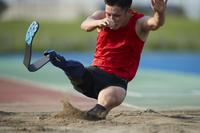 着地する義足の走り幅跳び選手