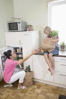 母親を手伝う少年