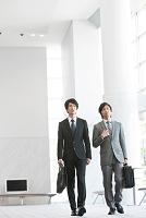 ビル内を歩くビジネスマン