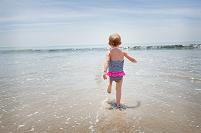 浜辺を走る女の子