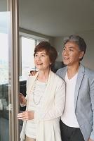 外を眺める日本人のシニア夫婦