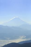 山梨県 櫛形山より朝の富士山と霞む山並み