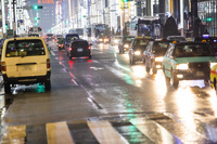 濡れた路面を走るタクシー