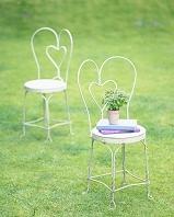 芝生の中の2脚の椅子