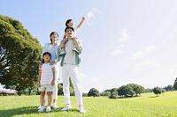 広場にいる肩車をする日本人家族