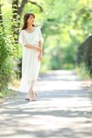 新緑の中を散歩する若い日本人女性