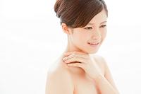 首もとに手をあてる日本人女性