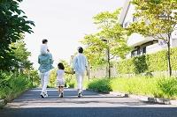 散歩する日本人家族