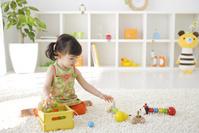 リビンングルームで遊ぶ女の子
