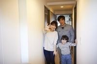見送る日本人家族