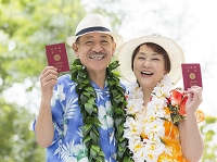 パスポートを持つシニア夫婦