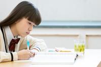 勉強している女子中高生