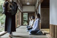 座禅をする日本人女性