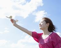 飛行機を持った日本人女性
