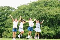 芝生で跳ねる小学生たち