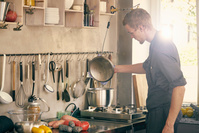 調理する外国人男性