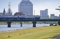新潟県 新潟県庁舎と電車