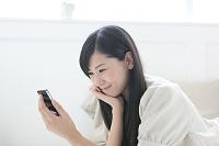 スマートフォンを使用する日本人女性