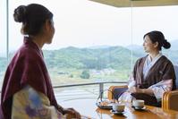 旅館でくつろぐ日本人女性