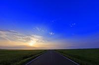 北海道 一本道 夕陽 牧草地