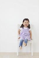 椅子に座る小さな女の子