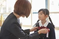 リボンを結ぶ日本人親子